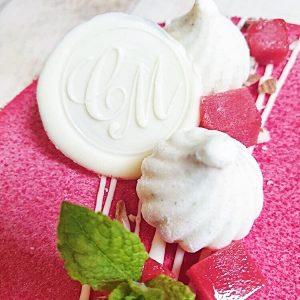 Finitions entremet vanille, rhubarbe et fraises