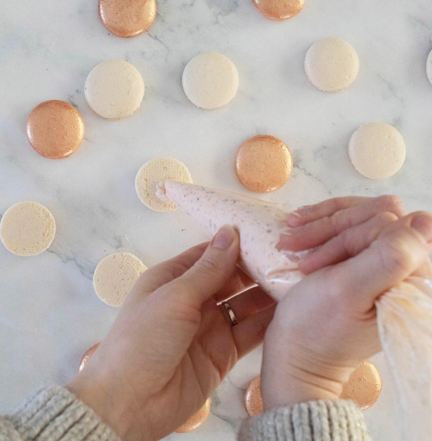 Illustration du montage de la recette de macarons salé au saumon